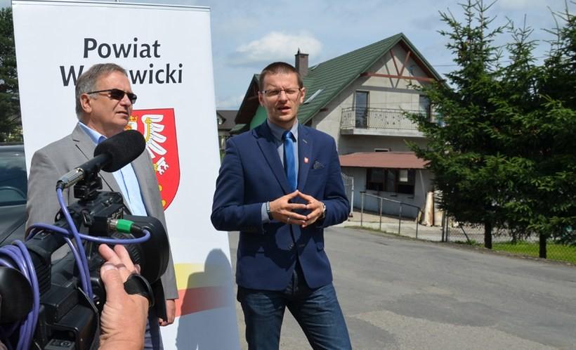 Starosta Bartosz Kaliński i radny Marek Cimer zapowiedzieli, że to nie koniec drogowych inwestycji powiatu