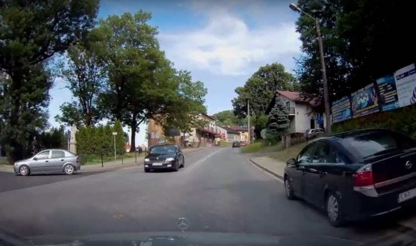 Auto wyprzedza po chodniku