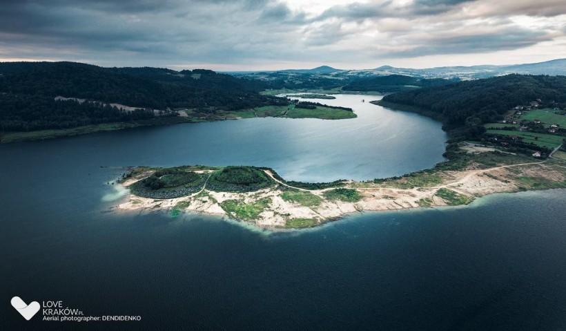 Widok na nowo powstałe jezioro w Świnnej Porębie