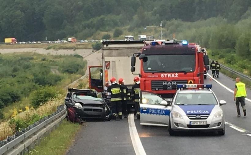 Na drodze krajowej zderzyły się 2 samochody osobowe i ciężarówka