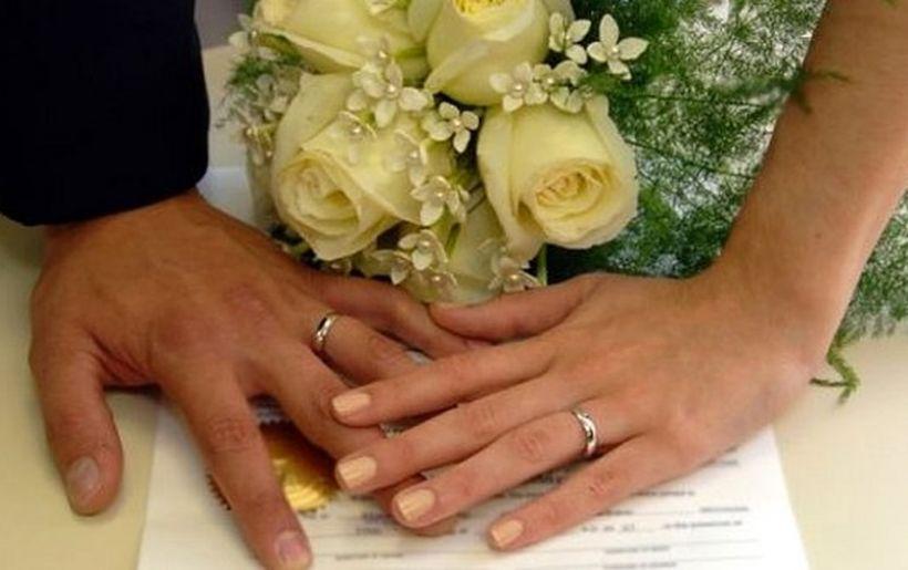 Są młode pary, które chciałyby wziąć ślub poza sztywnym wystrojem pokoju w Urzędzie Cywilnym. Rząd wprowadza zmiany w ustawie umożliwiające taką opcję, ale przepisy wydają się zbyt ogólnikowe