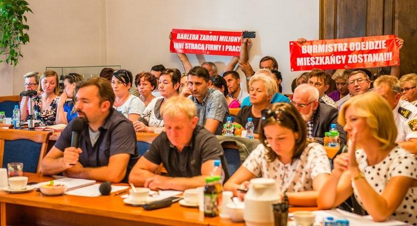 Sprawa zgody burmistrza i radnych na budowę  hipermarketów w Choczni od początku budziła kontrowersje i podejrzenia