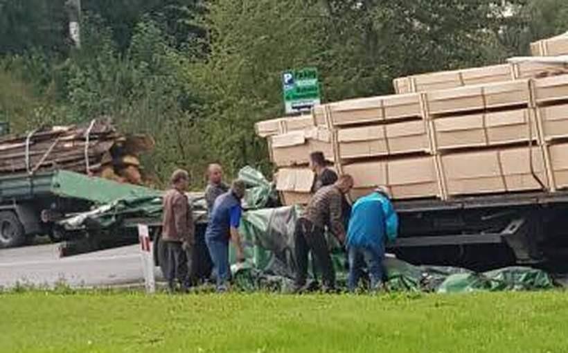 Przy wiadukcie w Kleczy przewróciła się ciężarówka