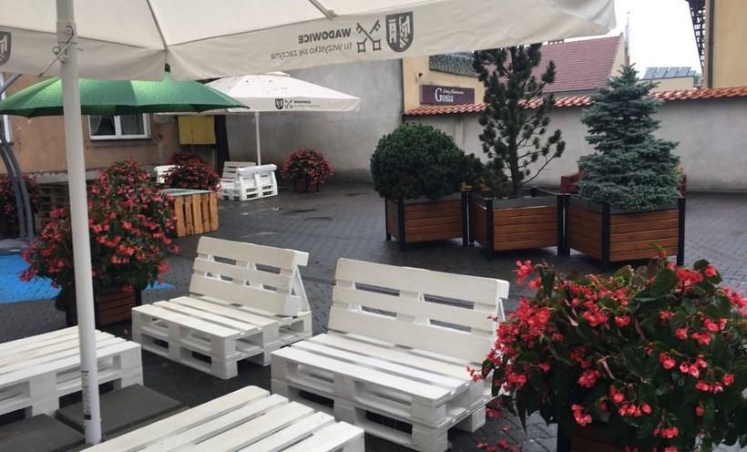 Podwórko dla ludzi - chwali sie burmistrz Klinowksi na facebooku. Tylko ludzi zabrakło