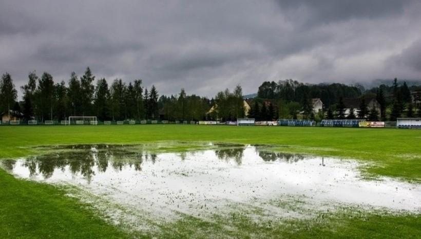 Mecze odwołane, bo ciągle pada deszcz i nie warto ryzykować zdrowia piłkarzy