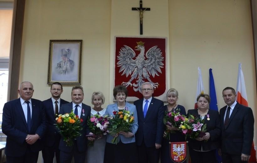 Urzędnicy starostwa w Wadowicach dostali złote medale. Nie zgadniecie za co?