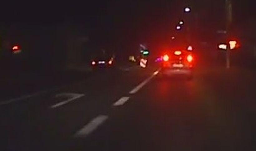 Kierowca auta przejeżdża podójną ciągłą, i na przejściu dla pieszych wyprzedza