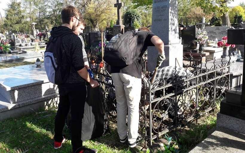 Wolontariusze Towarzystwa Miłośników Andrychowa posprzątali cmentarz