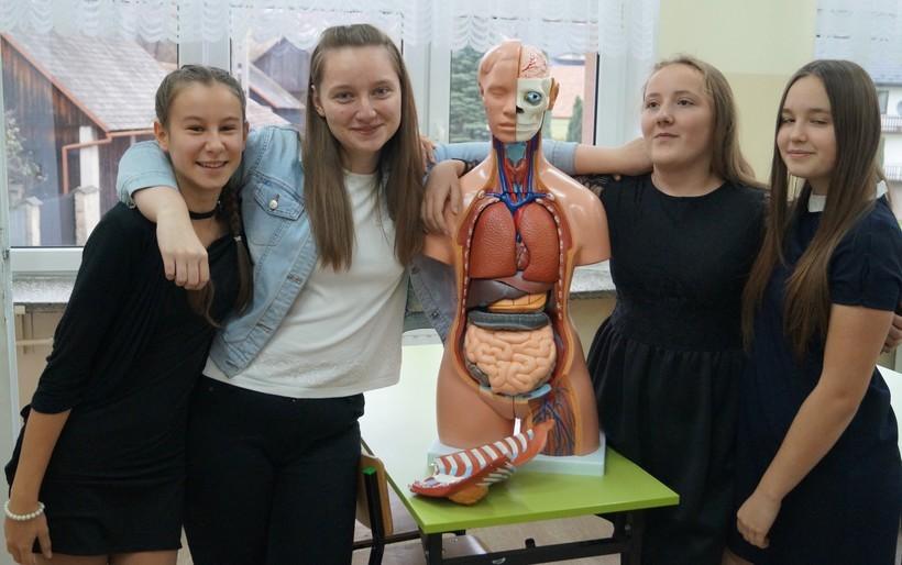 Uczniowie ze szkoły w Lanckoronie z pomocami naukowymi zakupionymi w ramach projektu do sali biologicznej