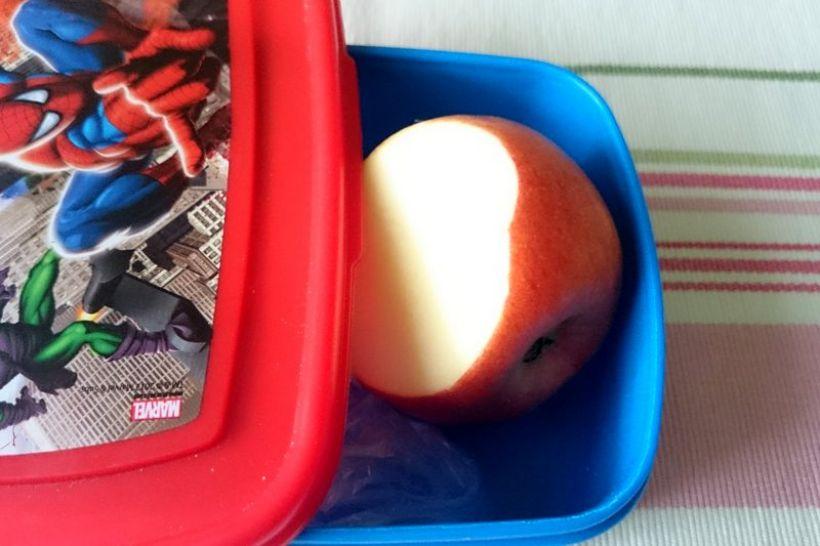 Nie da się ukyć, że w szkolnych sklepikach nasze dzieciaki mogą kupić naprawdę niezdrowe jedzenie, a owode i warzywa wracają w chlebakach do domu