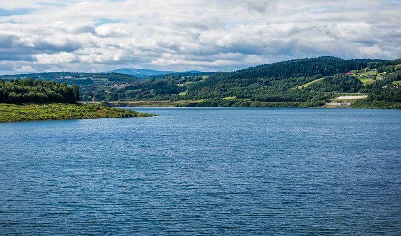Sztuczne jezioro przy zaporze w Świnnej Porębie