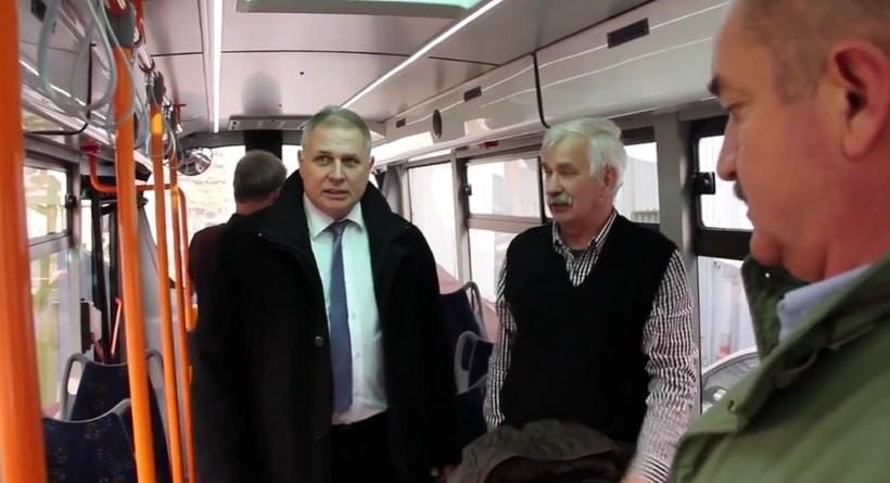 Burmistrz Tomasz Żak jeździ po Andrychowie nowymi busami