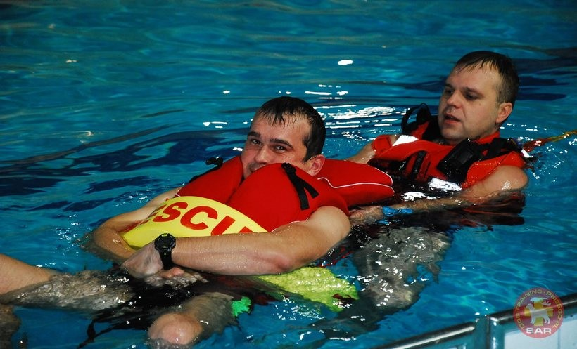 Strażacy ćwiczyli w basenie