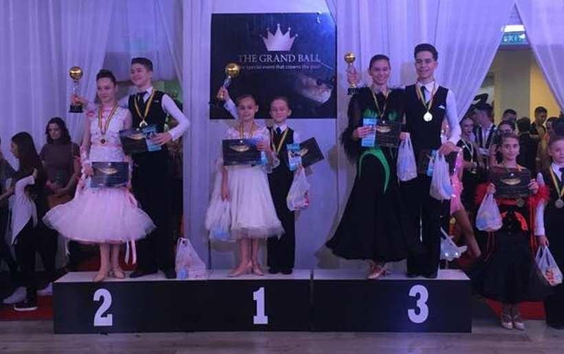 Mateusz z Barwałdu i jego koleżanka Sara na najwyższym podium