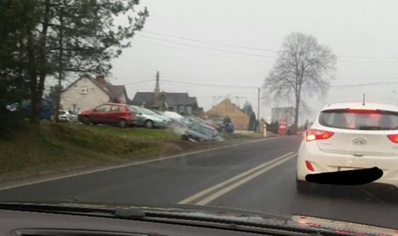Jedno z aut wylądowało w przydrożnym rowie