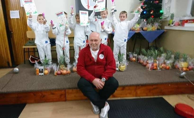 Eugeniusz Olesiak ze swoimi małymi zawodnikami