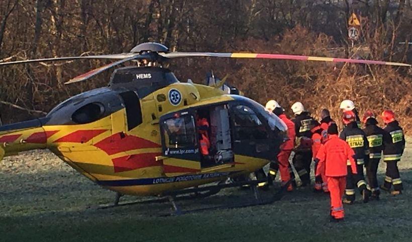 Ranną kobietę przetransportowano  do szpitala helikopterem