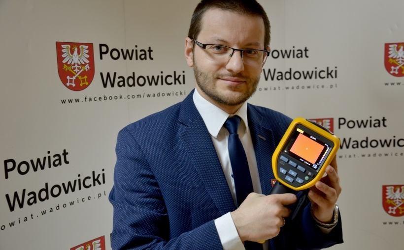 Starosta Bartosz Kaliński prezentuje kamerę termowizyjną