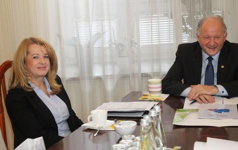 Burmistrz Augustyn Ormanty i dyrektor Małgorzata Chowaniec analizowali bezrobocie i wyszło, że mają powody do zadowolenia
