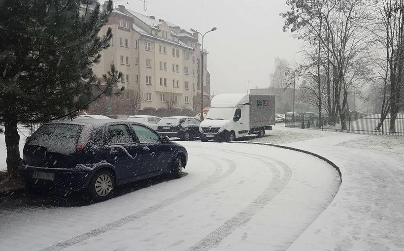 Śniegu coraz więcej, na drogach ślisko. Odśnieżarki nie nadążają