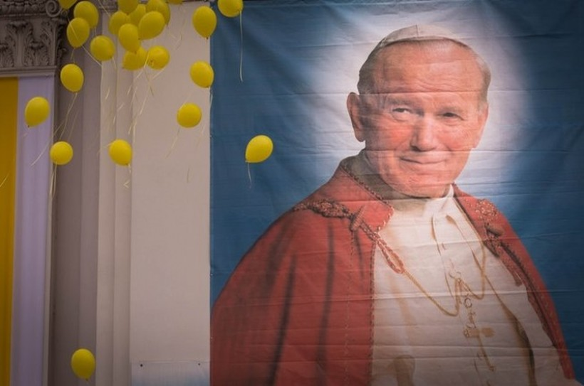 Nieuczciwi sprzedawcy bez skrupułów. Wykorzystali postać papieża by naciągać staruszki