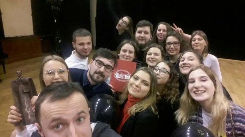 Marcinek zachwycony Sokołem! Teatr z Wadowic sztuką o znerwicowanym blogerze zdobył główną nagrodę