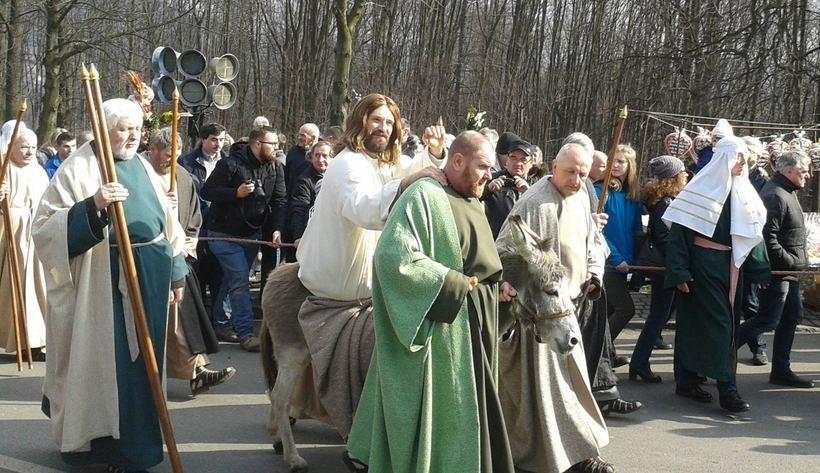 Wjazd jezusa na osiołku na Kalwarię w Niedzielę Palmowąrozpoczyna obchody Wielkiego Tygodnia