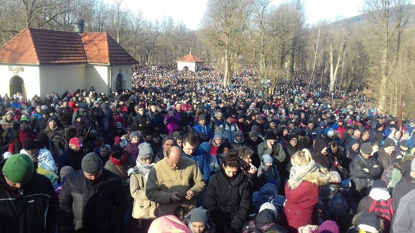 W Kalwarii Zebrzydowskiej bez zmian ... tysiące wiernych w Wielki Piątek ... jest siła w narodzie ... - napisał na Twiterze Tomasz Baluś.