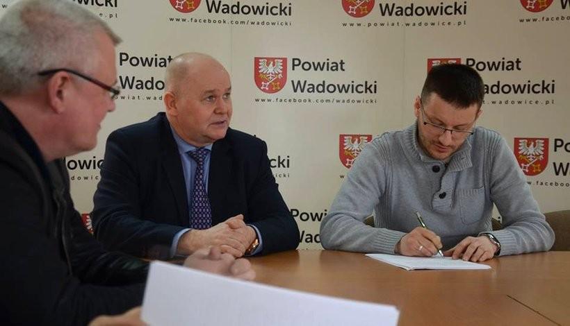 Starosta wadowicki Bartosz Kalińskipodpisał umowę na wykonanie nowej siedziby archiwum i Rady Powiatu