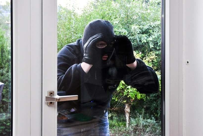 Alarm wył przeraźliwie, ale i tak próbował obrabować dom! Wtedy pojawili się...oni