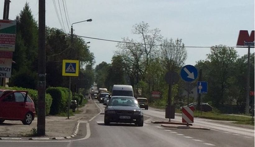Korki na dordze dojazdowej do Wadowic ciągną się już od wiaduktu w Kleczy