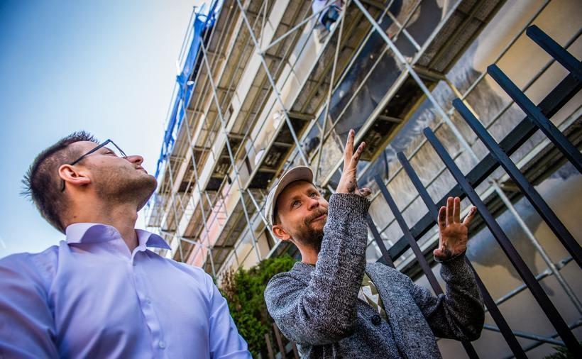 Starosta Bartosz Kaliński i doktor Marcin Kowalik z ASP Kraków zapowiadają, że wadowicki mural będzie już niedługo gotowy