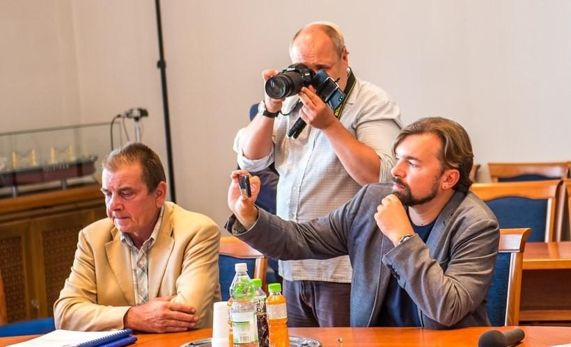Mateusz Klinowski stroi się w piórka obrońcy Konstytucji RP. Tymczasem pojawiły sę zarzuty, że za jego czasów w radzie Wadowic podejmowano uchwały niezgodne z Konstytucją RP