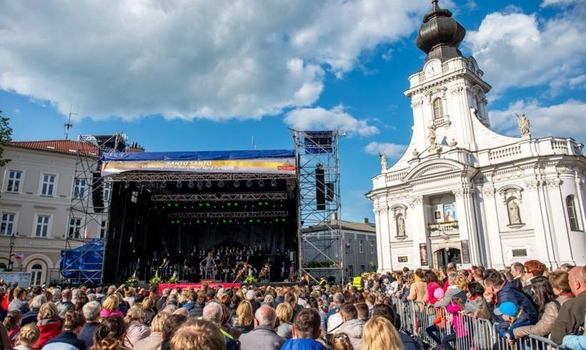 Koncert Piotra Rubika na ryku w Wadowicach w 2016 roku