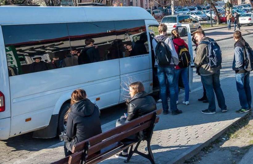 Kiedyś na przystanek na placu Kościuszkimogły wjechać busy przewoźników. Dziś jedynie bus miasta