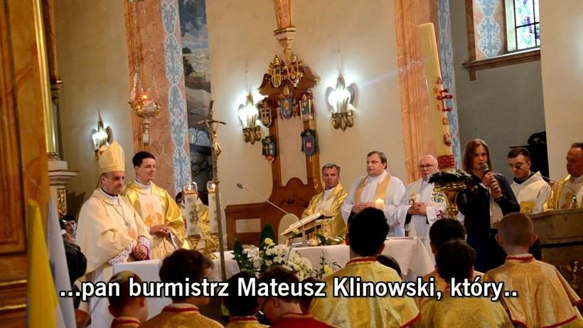 Wiceburmistrz Całus przed ołtarzem podlizuje się burmistrzowi Klinowskiemu. Reakcja biskupa natychmiastowa... w punkt!