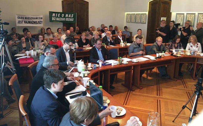 W kwietniu, mimo wielu protestów mieszkańców, na wniosek burmistrza Klinowskiego radni podjęli uchwałę o przekształceniu działek w Choczni. Wojewoda unieważnił tę decyzję