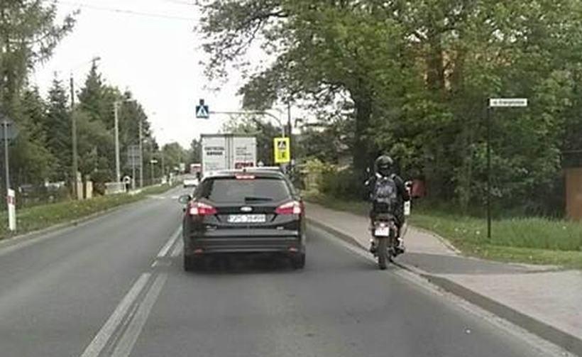 Władze Wadowic bardzo dobrze znają problem korków. Jak twierdzi autor tego zdjęcia, przedstawiciel miasta omija na nim korek wjeżdżając skuterem na chodnik dla pieszych
