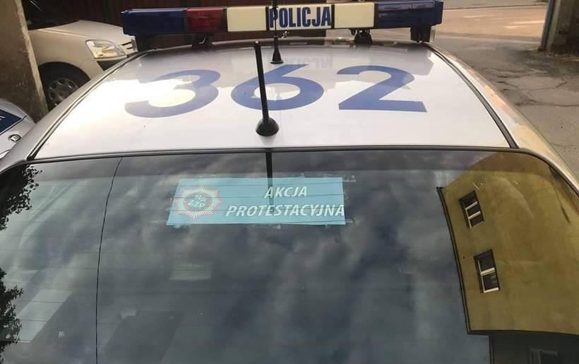 Radiowozy zostały oznakowane na znak protestu