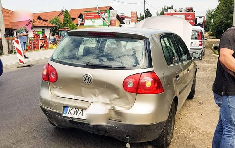 Dwa samochody z powiatu wadowickiego i jeden z oświęcimskiego zderzyły się na drodze