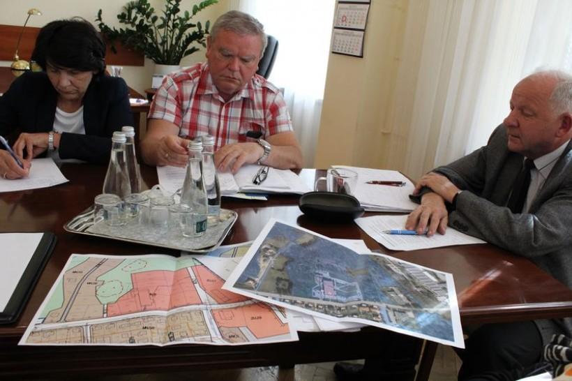 Burmistrz Kalwarii polecił urzędnikomwymyślenie sposobu na budowę basenu