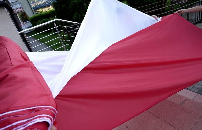 100-metrowa flaga na 100-lecie odzyskania przez Polskę niepodległości w rękach mieszkańców