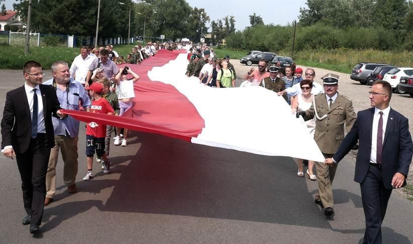 Wiele osób chciało nieść polską flagę