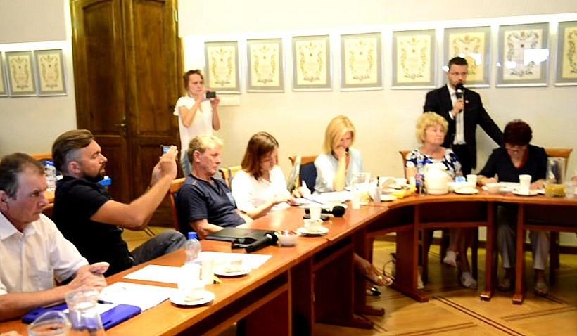 Tak wygląda dziś wadowicka polityka. Starosta Kaliński apeluje do radnych o normalną debatę na sesji, a burmistrz Klinowski robi zdjęcia na Facebooka