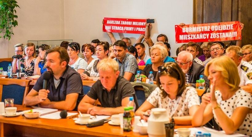 Na sesjach i komisjach mieszkańcy wielokrotnie protestowali przeciwko przekształceniom działek pod hipermarkety dla zagranicznego kapitału. Nie posłuchano ich
