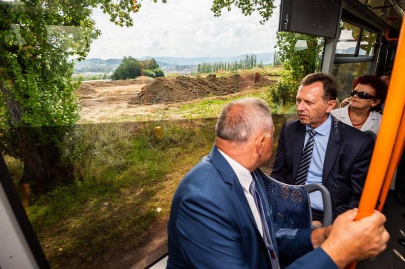 Kilka dni temu burmistrz Tomasz Żak owził busem omunikacjimiejskiej po gminie marszałka Małopolski Jacka Krupę