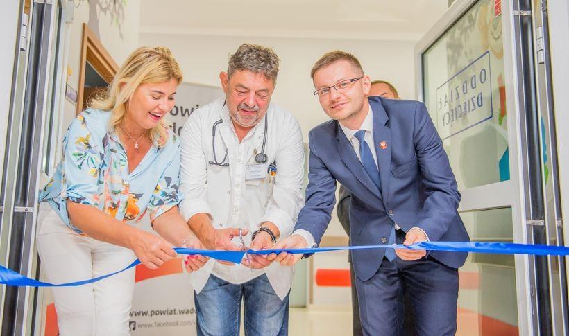 Dyrektor szpitala Beata Szafraniec ordynator Jerzy Gryboś i starosta Bartosz Kaliński dokonali we wtorek otwarcia odnowionej pediatrii