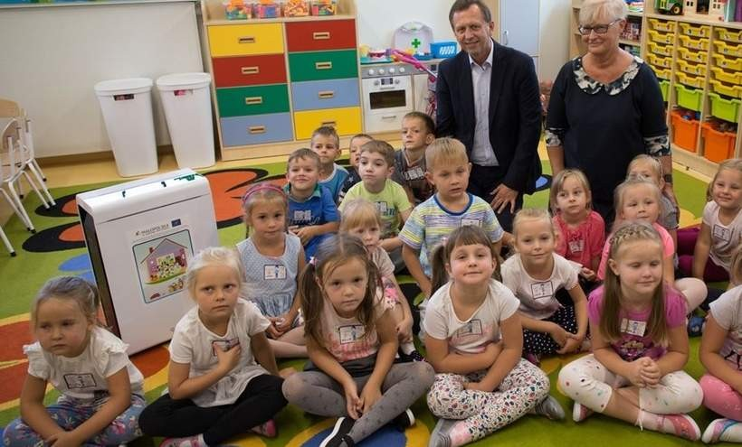 Marszałek Jacek Krupa wśród przedszkolaków i z oczyszczaczem
