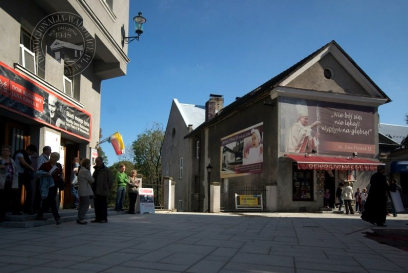 Na ul. Kościelnej 6 w Wadowicach znajduje się prawdopodobnie najstarszy sklep z dewocjonaliami