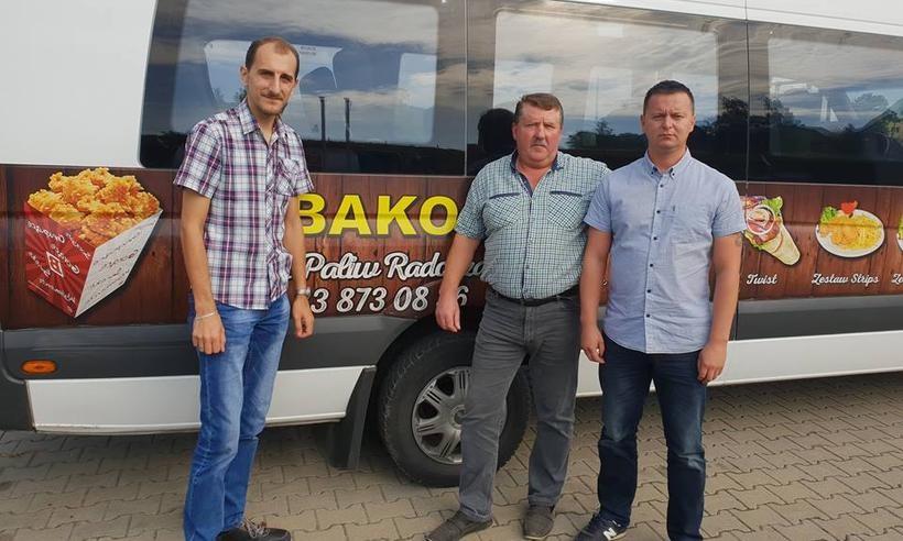 Sołtys Łączan Mateusz Wełna - Kozioł, właścicielfirmy przewozowej Józef Skubiś oraz Paweł Gugula rozmawiali oprzywróceniu busa na trasie do Skawiny